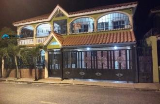 Hermosa Casa De Dos Niveles Con Piscina